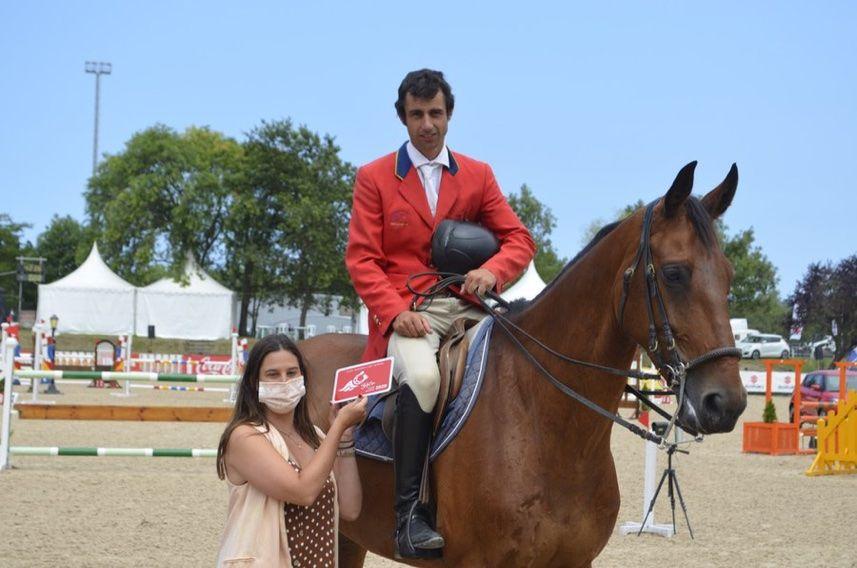 Primeros ganadores en el concurso de caballos jóvenes
